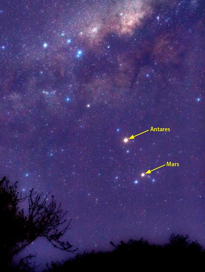 Sao Hỏa và sao Antares trên bầu trời tháng 10/2012 và cả hai sẽ như thế nầy vào cuối tháng 9 năm nay. Tác giả : Luis Argerich.