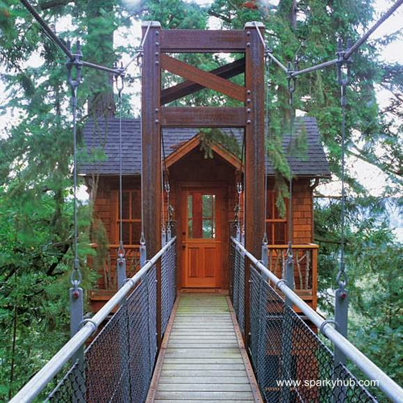 Casa del árbol con puente estructura de metal
