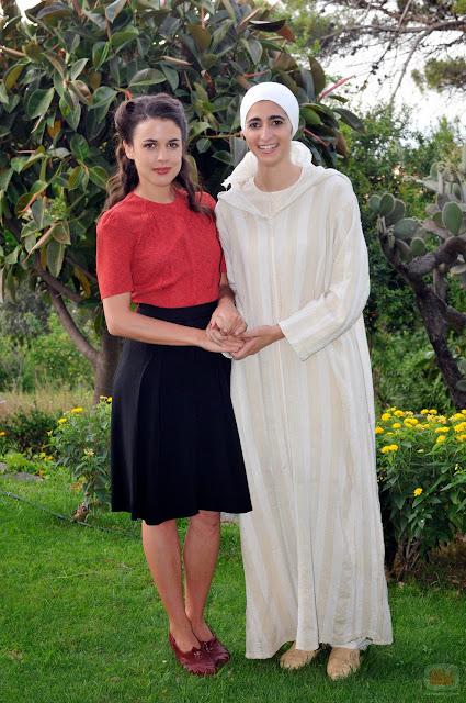 Sira Quiroga blusa roja y falda negra. El tiempo entre costuras. Capítulo 1.