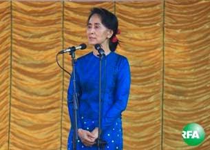 ေဒၚခင္ၾကည္ ကြယ္လြန္တဲ့ ၂၆ ႏွစ္ျပည့္ ဆြမ္းဆက္ကပ္ လွဴဒါန္းပဲြကို ဒီဇင္ဘာလ ၂၈ ရက္ေန႔က က်င္းပရာ ေဒၚေအာင္ ဆန္းစုၾကည္ တက္ေရာက္မိန္႔ခြန္ေျပာၾကားစဥ္။ Photo: Kyaw Zaw Win, Kyaw Htoon Naing/ RFA
