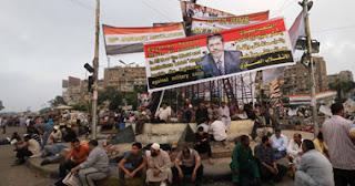 متظاهري رابعة العدوية يعتدون على سيارتين أمن مركزي ويحطموا الزجاج الخاص بهما