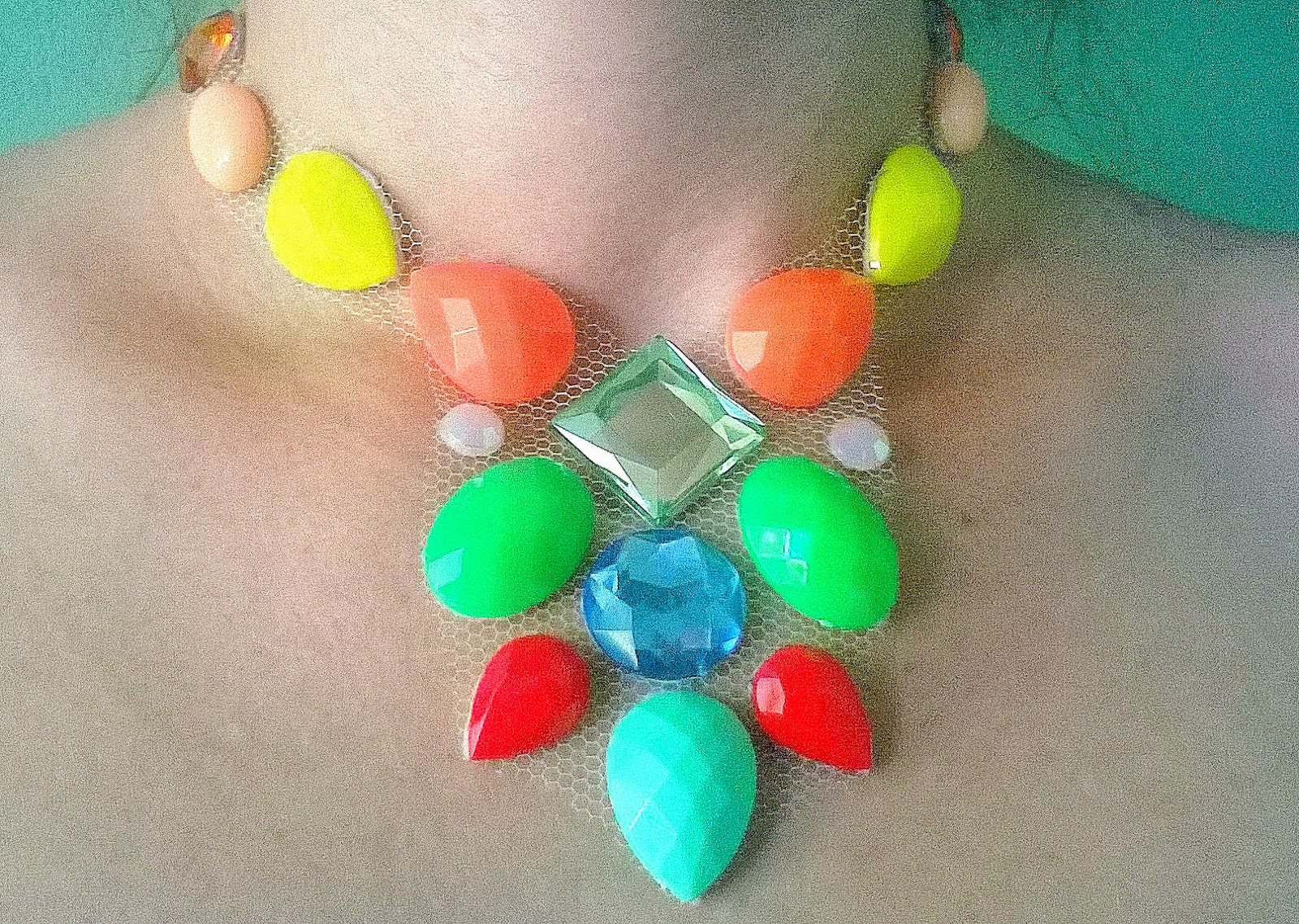 Maxi colar de tule com cristais