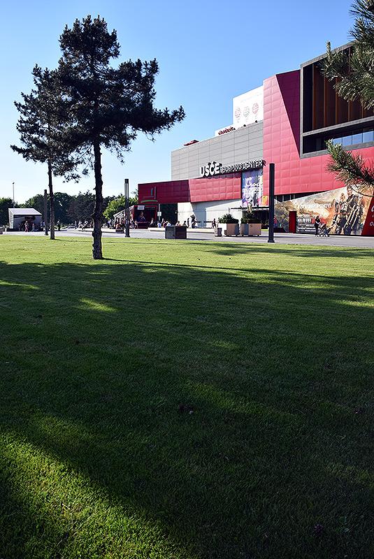 Travnjak i pogled na Ušće Shopping Center