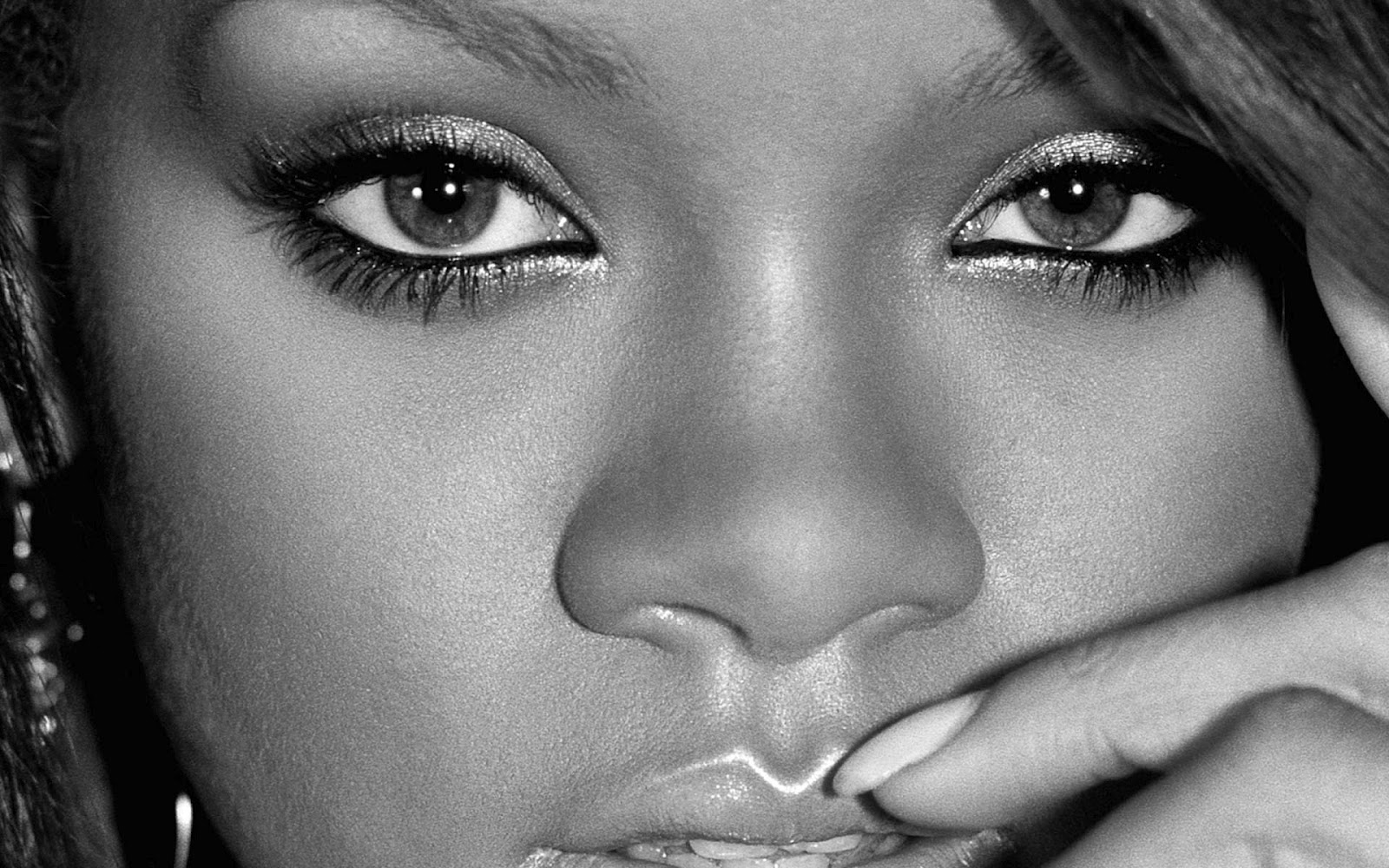http://2.bp.blogspot.com/-Re5kXrFAg_I/UISSX1t-5CI/AAAAAAAABd0/XL79CQe-x-Y/s1600/The-best-top-desktop-rihanna-wallpapers-hd-rihanna-wallpaper-backgrounds-04.jpg