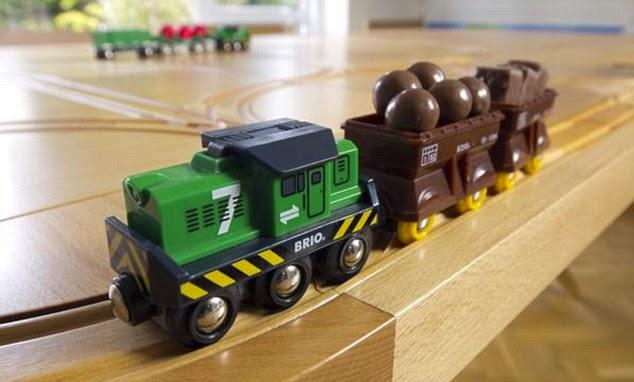 TrackTile Tisch mit hölzerner Eisenbahn in vielfältig arrangierbaren Spuren - der Holztisch mit Spiel Komponente