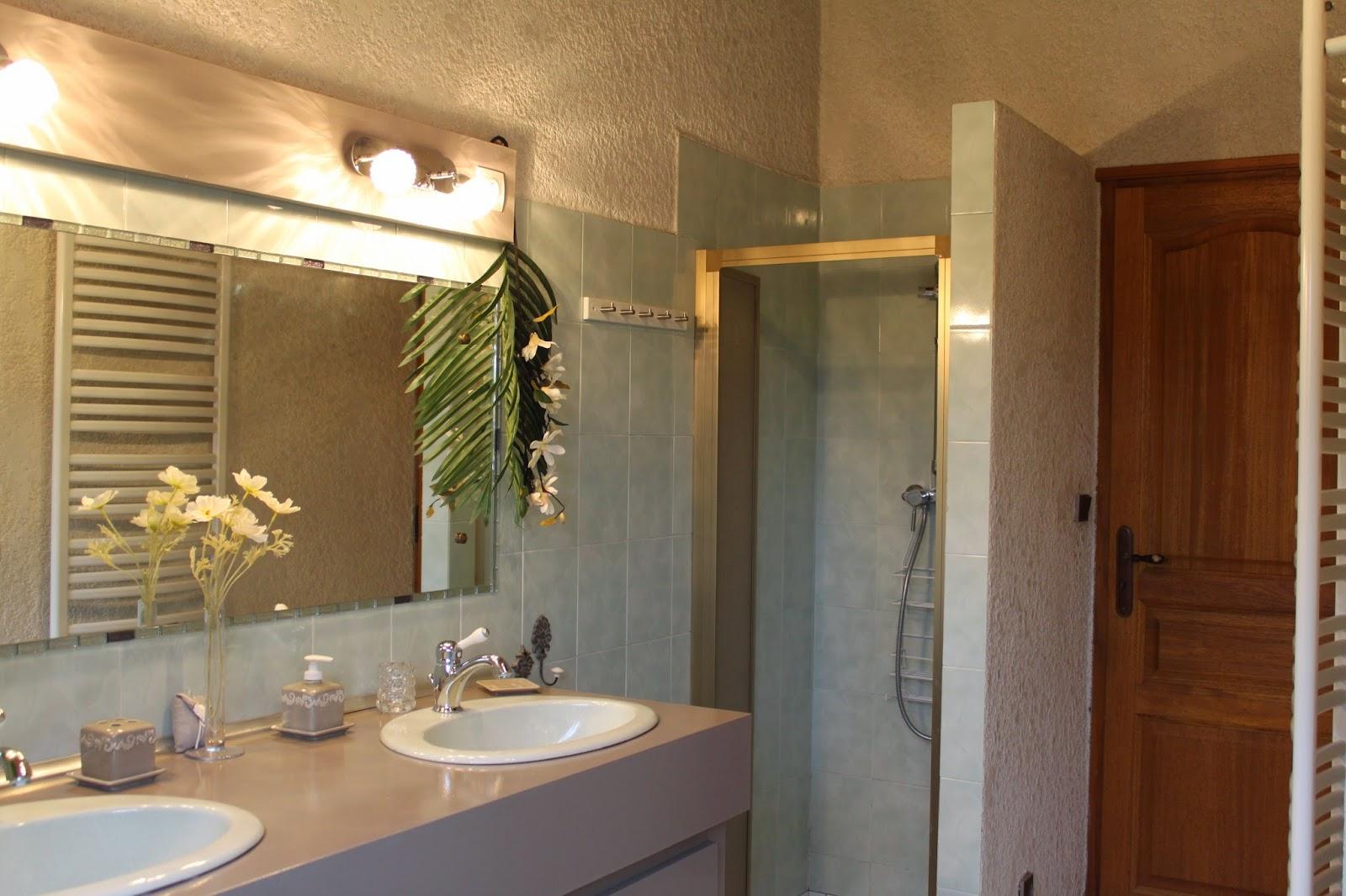 Loc 39 medoc maison de charme parempuyre aux portes du m doc salles de - Lingerie salle de bain ...