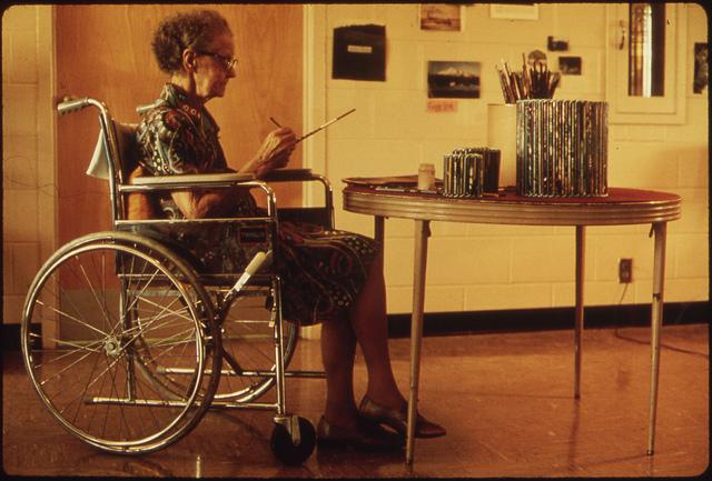 Imagen que muestra a una señora mayor haciendo manualidades