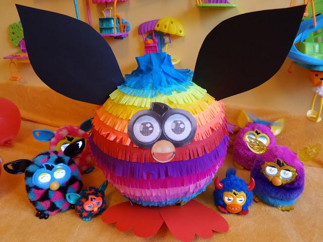 15. Duża piniata Furby w kolorach lata