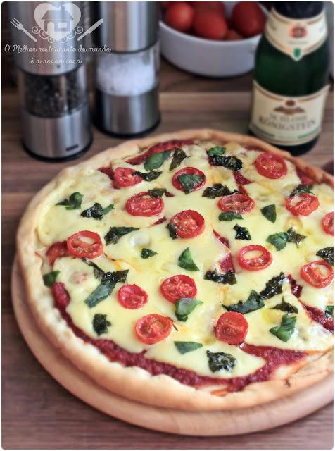 Receita fácil e prática de pizza margherita caseira que leva creme de leite na massa