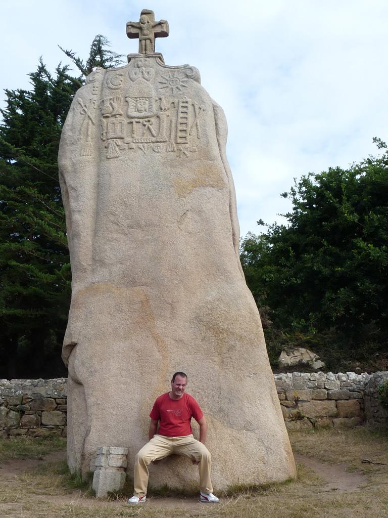 クリスチャン化したメンヒル Menhir Christianisé de St-Uzec ブルターニュ