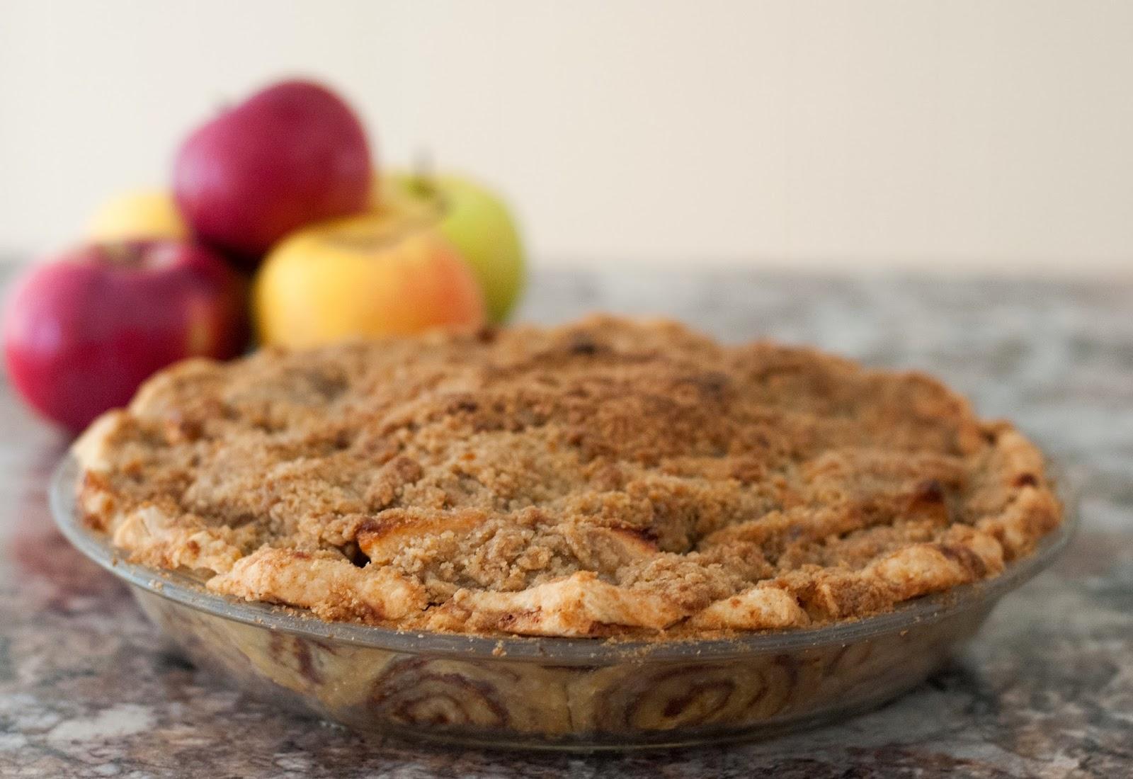 Ali à la mode: Cinnamon Roll Dutch Apple Pie