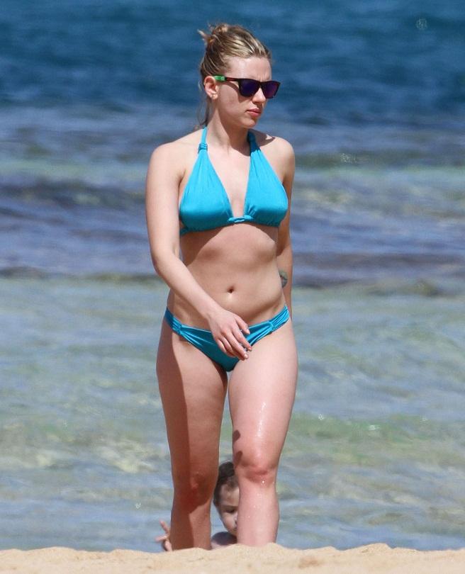 Scarlett Johansson strolls the beach in an electric blue ...