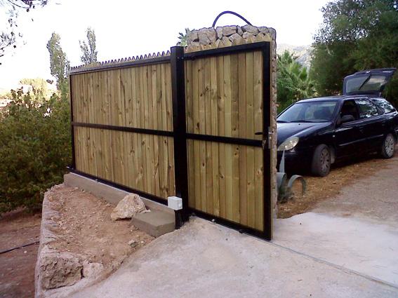 Puertas correderas de hierro revestidas de madera para for Puerta corredera de taller