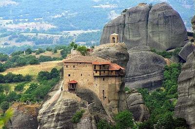 Biara di atas batu2