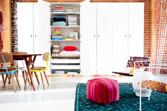 Armarios de gran almacenaje decorados con cinta adhesiva de colores