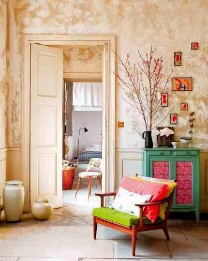 Kolorowa komoda i barwne krzesło ożywiają pomieszczenie