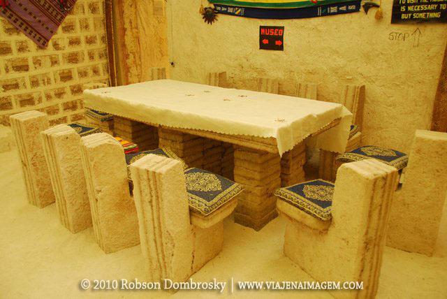 mesa e bancos em hotel de sal