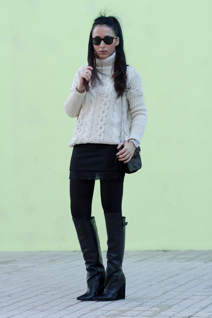 Estilismo jersey de ochos y cuello alto con falda mini negra y Botas altas de cuero de Zara temporada Invierno 2014 Blog Moda withorwithoutshoes