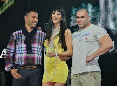 Мис дупе се появи на наградите на сп. Mr.Big с прилепнала жълта рокля