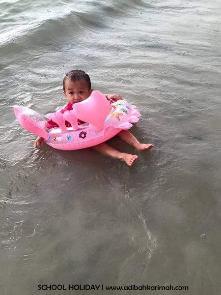 amina sofia berenang mandi pantai telok kemang port dickson