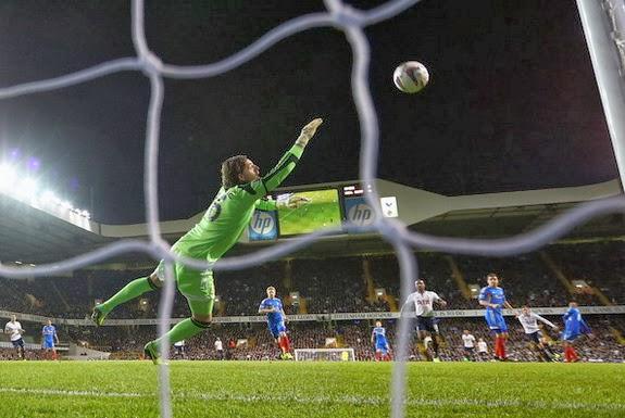 Hull goalkeeper Eldin Jakupović fails to stop a goal from Tottenham midfielder Gylfi Sigurðsson