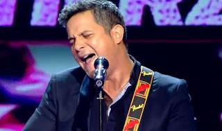 Alejandro Sanz canta con su equipo Desde Cuando