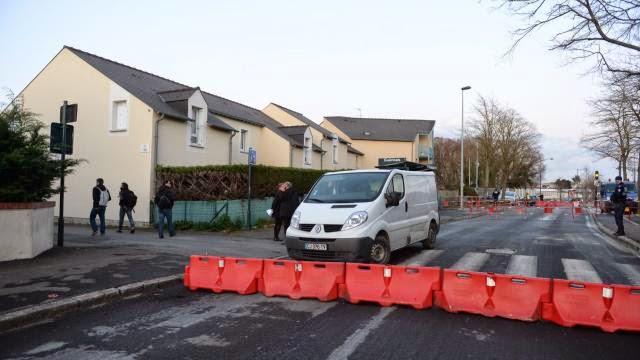 Après un trottoir qui s'est affaissé vendredi soir, c'est une maison, situé square Saint-Simon, qui a été évacuée aujourd'hui à cause de fragilités constatées dans le sol. D.R. Ouest-France | Marc OLLIVIER