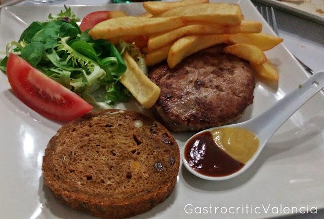 Hamburguesa de buey con tosta de pan de frutos secos