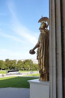 Goldene Athene vor Münchner Antikensammlungen