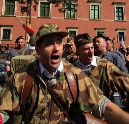 Fila do soldados cantando as canções da resistência ao nazismo
