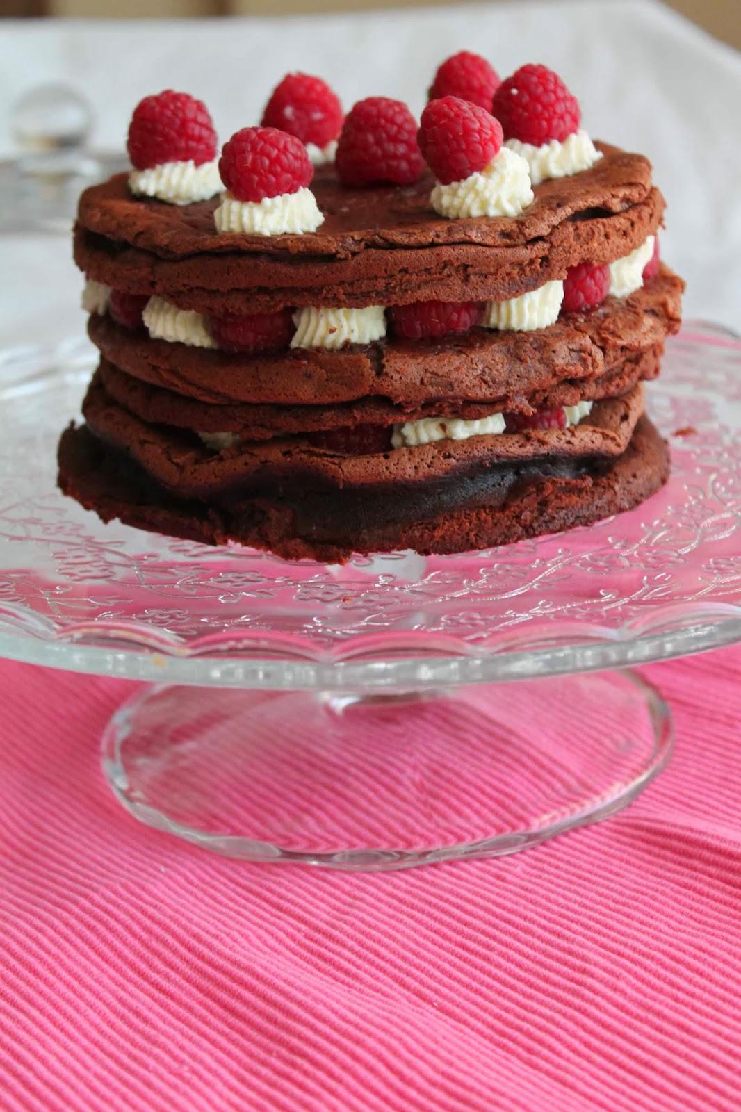 Tarta de chocolate con mousse de requesón y frambuesas