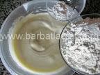 Prajitura cu caise preparare reteta - incorporam faina si praful de copt