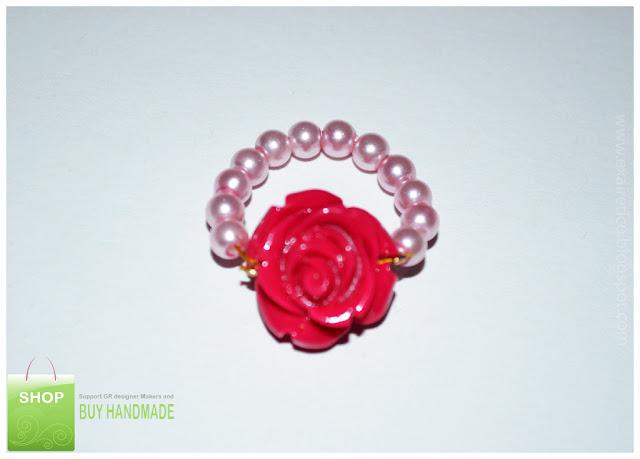Χειροποίητο δαχτυλίδι από ροζ πέρλες και φούξια λουλούδι