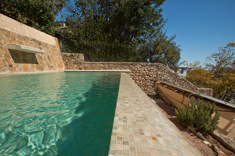 Peque o espacio para el relax lucas gunitec - Gresite piscinas colores ...