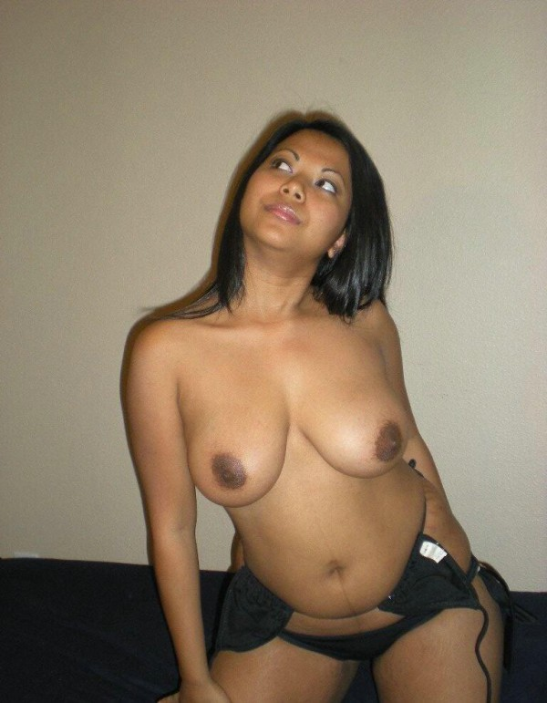 Cute North Indian Babe Topless Pics Exposed By Her Lover indianudesi.com