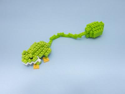 ナノブロックで作ったかえるのおもちゃ
