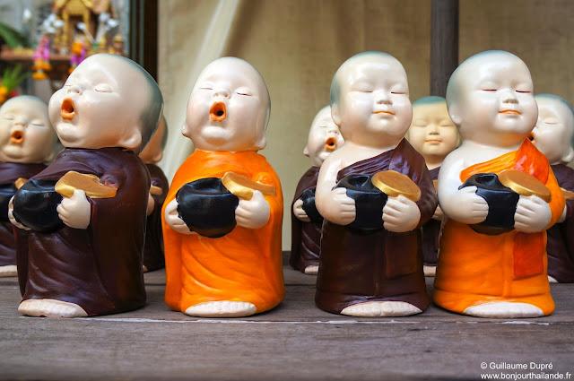 Marché flottant d'amphawa, statuettes à vendre