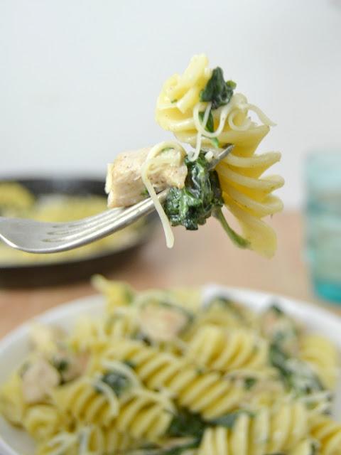Fusilloni con pollo y espinacas receta pastas romero