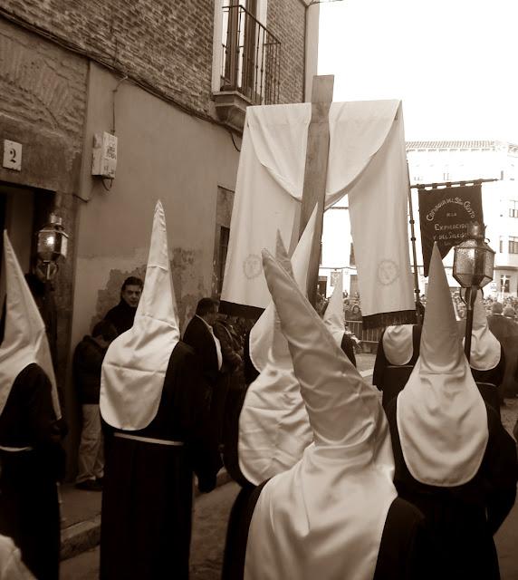 Cruz de Guia y estandarte de la cofradía del Santísimo Cristo de la Expiración y del Silencio. León. Foto. G. Márquez.
