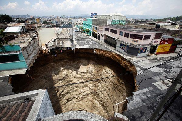 http://2.bp.blogspot.com/-RmZS0mcTnck/Ti6nZyqyZ9I/AAAAAAAABfY/ld8xV2k6sOc/s1600/sinkholes-guatemala%2B2010.jpg