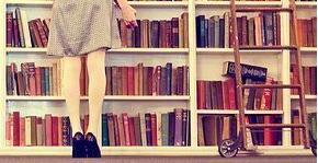 Attraper des livres sur la pointe des pieds ...