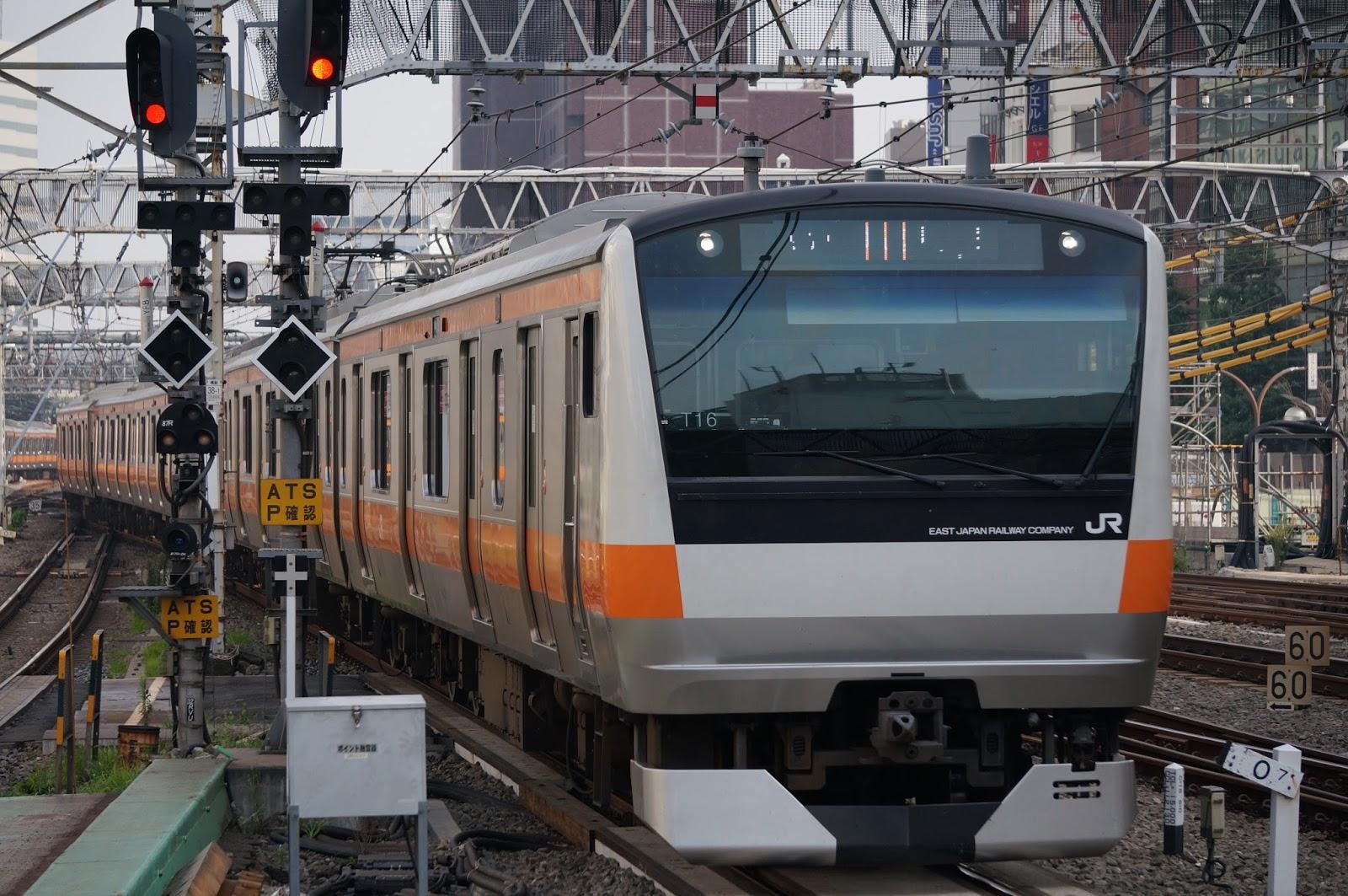 中央線新宿駅に到着するE233系