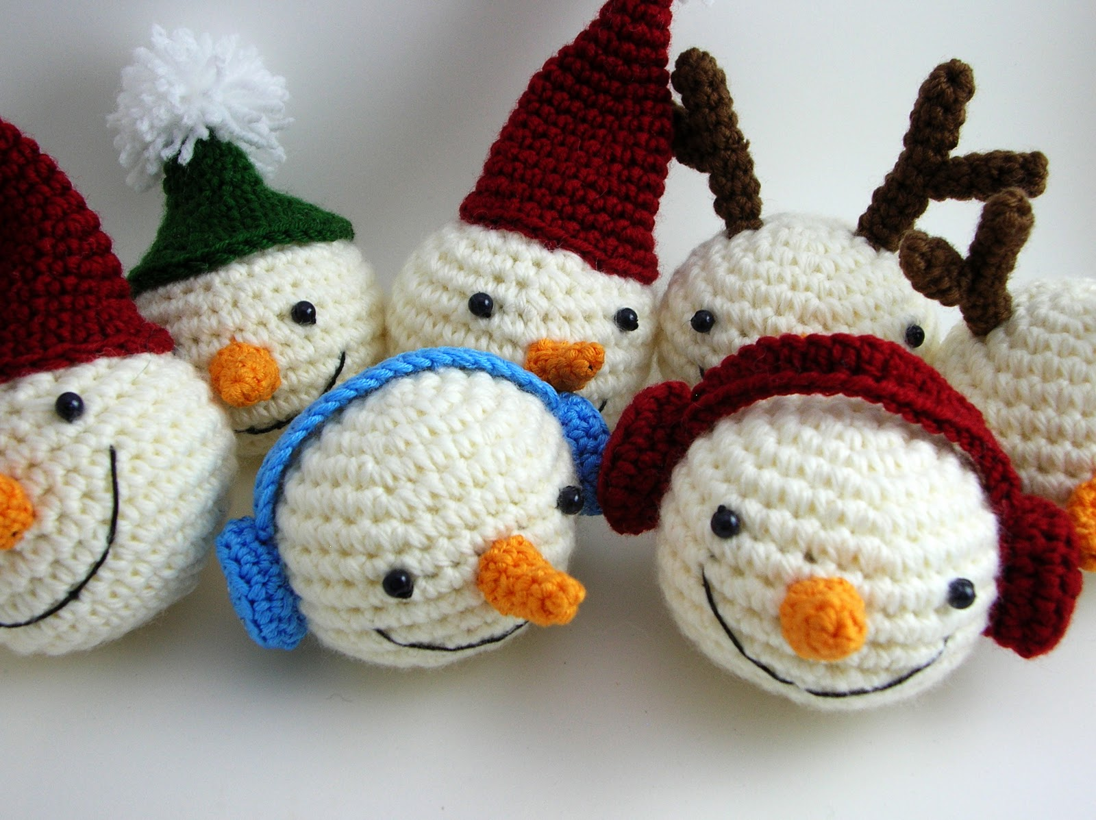 Amigurumi Snowman : Knitting pattern santa and snowman christmas pillow cases with