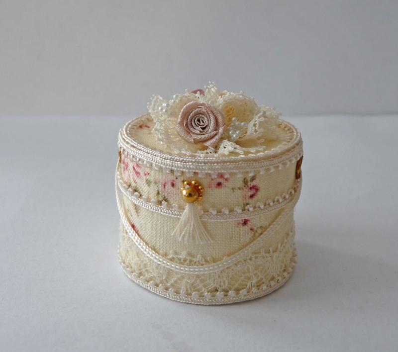 ... miniatures: Het hemelbed voor de slaapkamer in het poppenhuis is klaar