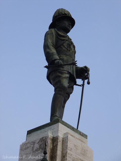 Statue of King Rama VI at the entrance to Lumphini Park