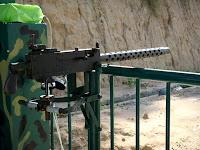 Tirer des munitions d'armes à feu - tunnels de Cu Chi (Vietnam)