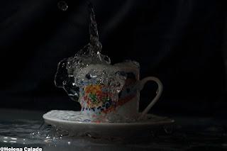 Fotografia alta velocidade com Flash de água em chávena