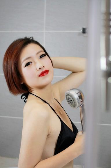 em mặc bikini tự sướng trong phòng tắm một mình