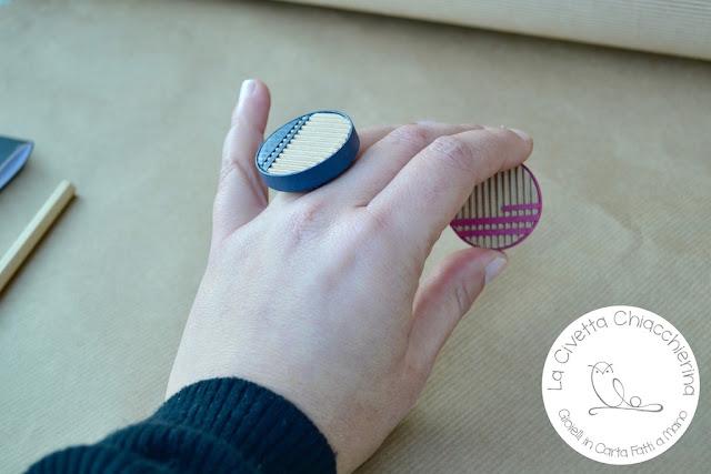 Gioielli in carta: Anello in cartone ondulato e base in rame, paper jewels