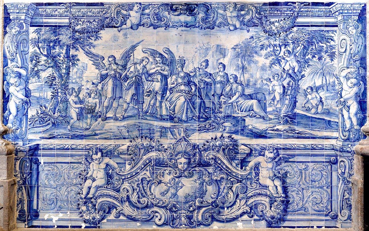 Arte feita de azulejos brancos e azuis no interior da igreja